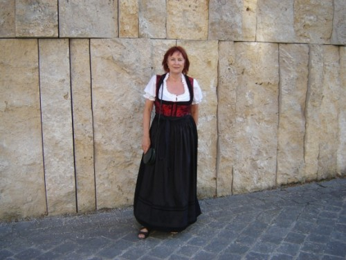 Dagmar Schön vor der Synagoge am Jakobsplatz